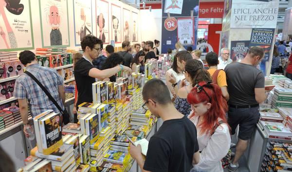 Folla alla 28/a Edizione del Salone Internazionale del libro presso il Lingotto, Torino, 17 Maggio 2015 ANSA/ALESSANDRO DI MARCO
